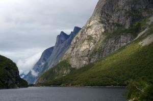 Skały i fiord